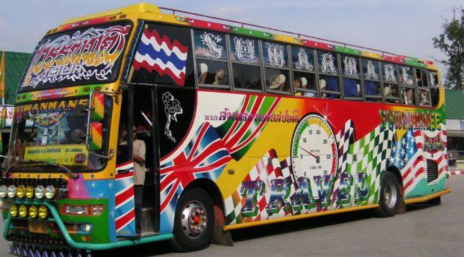 Les contrôleuses de bus thai portent des couches